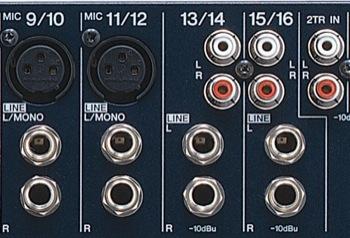 """Entradas estéreo. Los canales 9/10 y 11/12 sirven para conectar el equipo estéreo, o usar un micrófono XLR (sólo en 9 y 11). Los canales 13/14 y 15/16, también estéreo, no tienen entrada XLR, pero las entradas jack está acopladas con entradas RCA. Nota también el """"2 track in"""" que permite conectar una fuente adicional directamente al bus de mezcla pero sin ninguna configuración."""